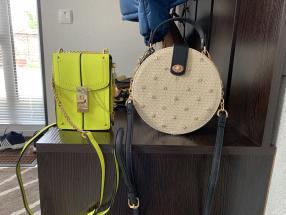 Кругла, плетена сумка на плечі в бежевому кольорі
