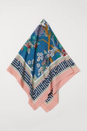 С пестрым рисунком шарф